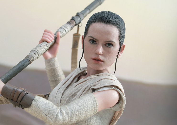 Images of the new Force Awakens Hot Toys Rey have just been released. This one is available both as a regular figure or as a two-pack with a Hot Toys BB-8.