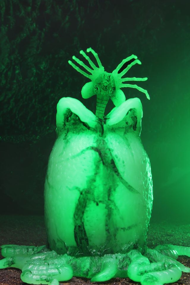 Egg and facehugger glowing.