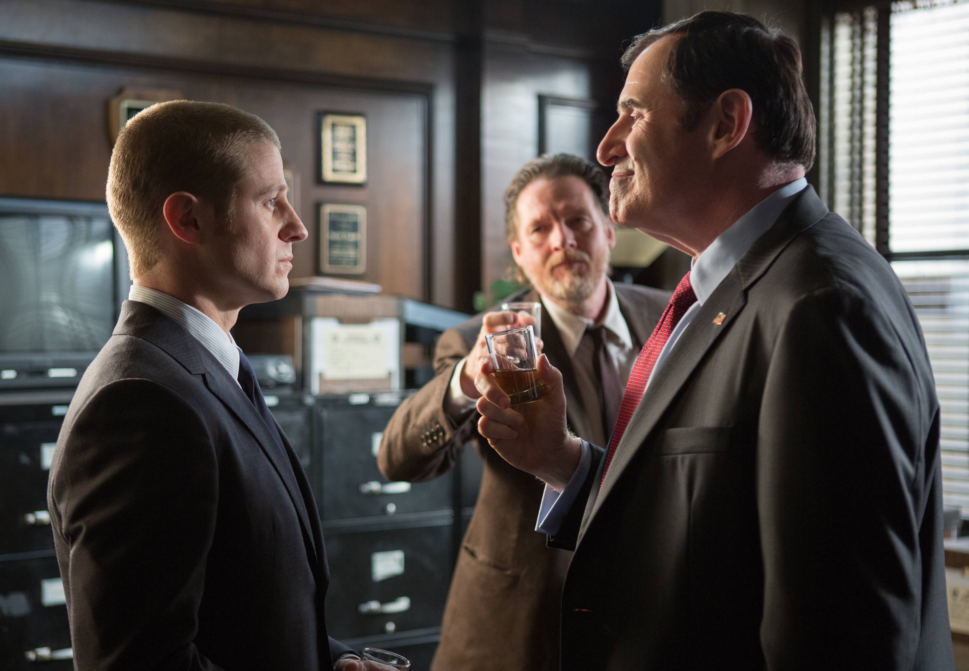"""GOTHAM: Detectives Gordon (Ben McKenzie, L) and Bullock (Donal Logue, C) are commended by the Mayor (guest star Richard Kind, R) in the """"Selina Kyle"""" episode of GOTHAM airing Monday, Sept. 29 (8:00-9:00 PM ET/PT) on FOX. ©2014 Fox Broadcasting Co. Cr: Jessica Miglio/FOX"""