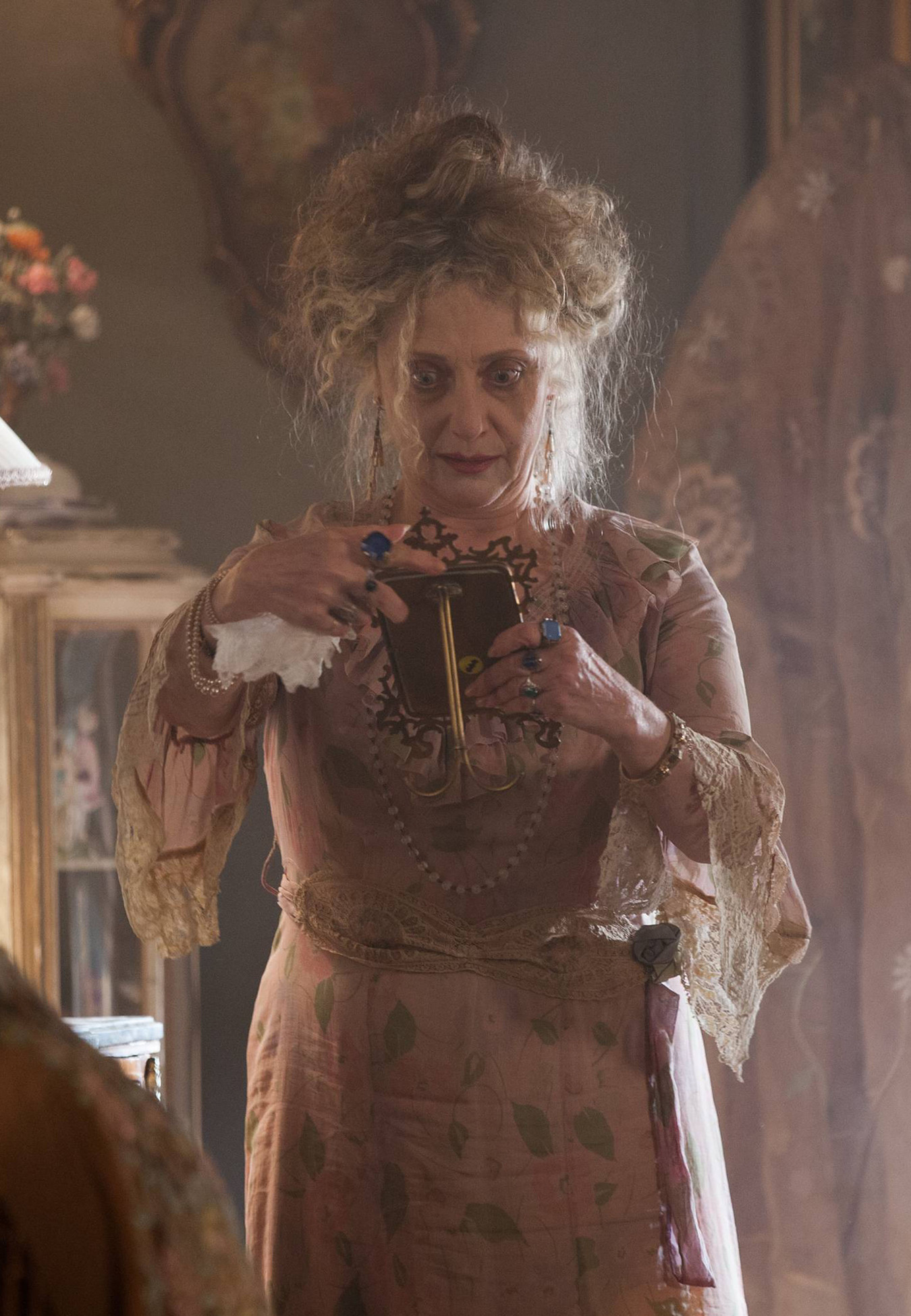 """GOTHAM: Guest star Carol Kane as Gertrud Kapelput in the """"Selina Kyle"""" episode of GOTHAM airing Monday, Sept. 29 (8:00-9:00 PM ET/PT) on FOX. ©2014 Fox Broadcasting Co. Cr: Jessica Miglio/FOX"""