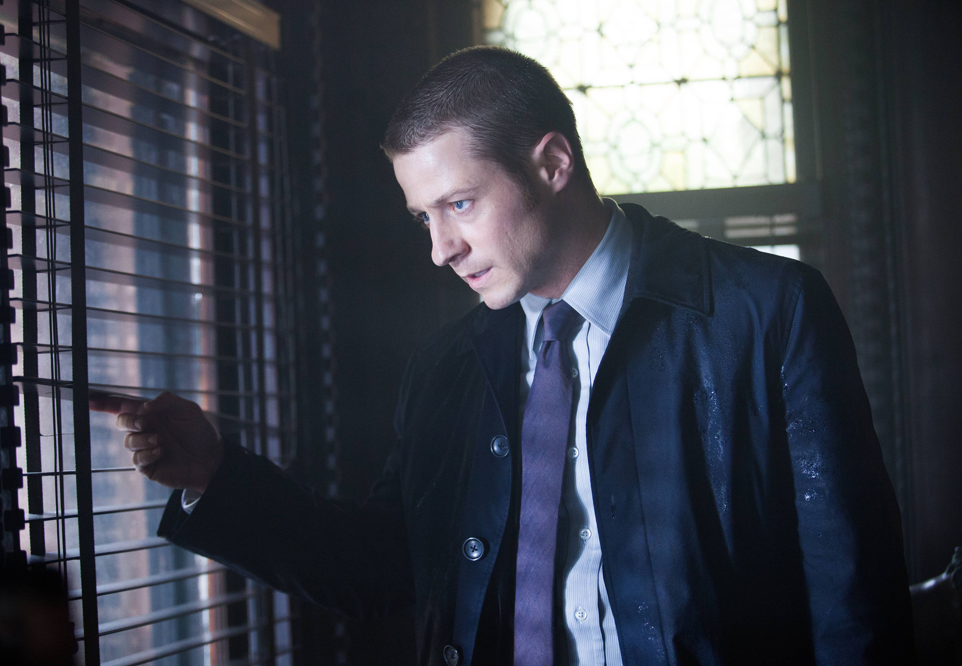 """GOTHAM: Detective James Gordon (Ben McKenzie) looks out for a criminal targeting the Mayor's life in the """"Arkham"""" episode of GOTHAM airing Monday, Oct. 13 (8:00-9:00 PM ET/PT) on FOX. ©2014 Fox Broadcasting Co. Cr: Jessica Miglio/FOX"""